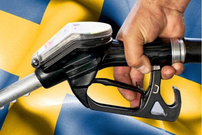 kollage svenska flaggan i bakgrunden ochhand som håller i en bensinpump