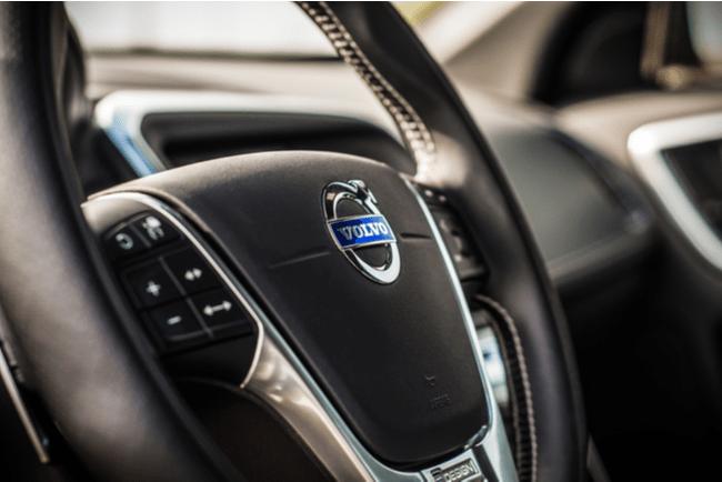 Interiör bilratt med Volvos emblem i mitten