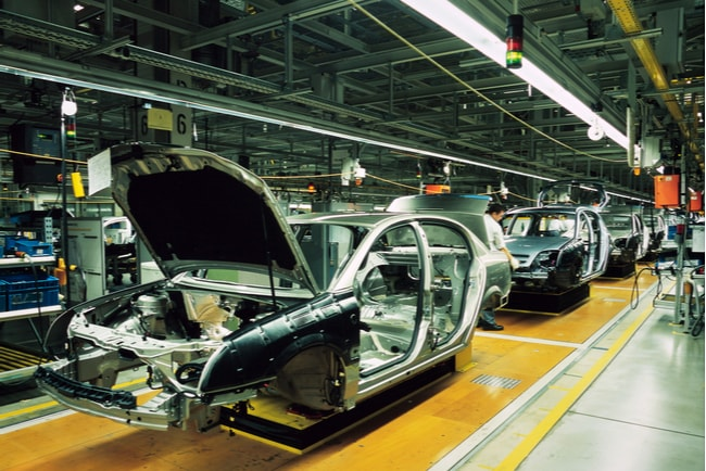 Produktionslinje med bilar i en fabrik.