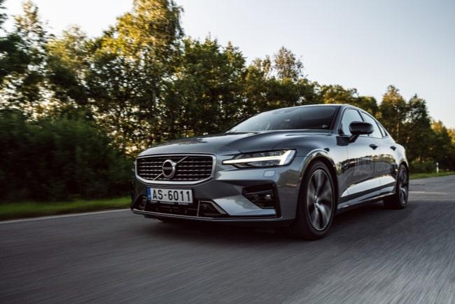 En Volvo körandes på landsväg