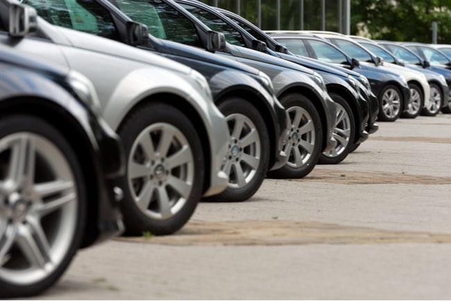 bilar redo för försäljning står på rad