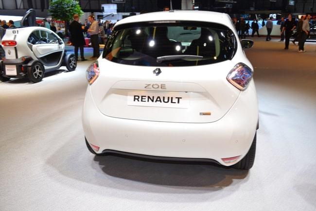en vit renault zoe står i bilhall