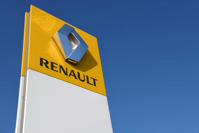Renaults logga på skylt mot blå himmel.